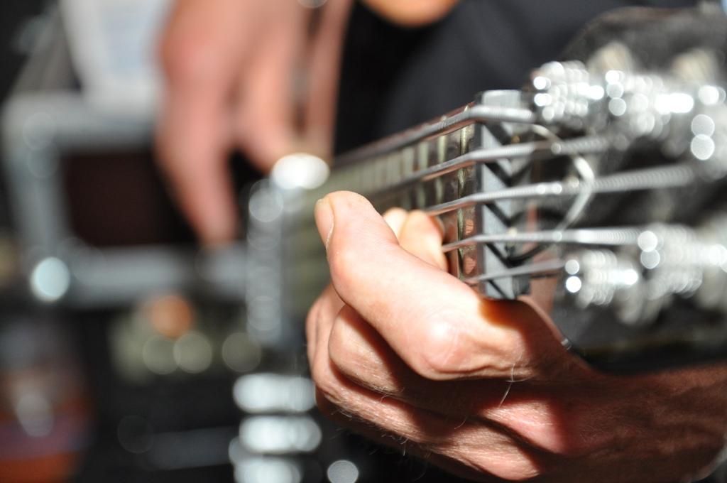 Sebi an der Gitarre